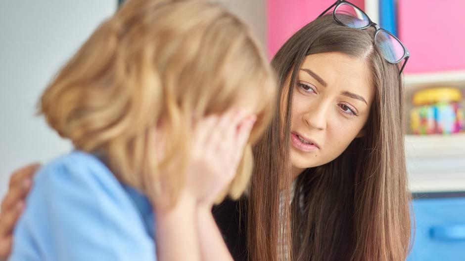 Lehrerin tröstet ihre Schülerin