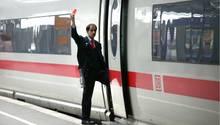"""Wer mit den Bahn fährt, erlebt die unglaublichsten Geschichten: Gesucht wird der """"Eisenbahner mit Herz""""."""