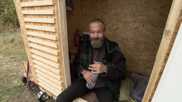 """Endlich ein trockener und sicherer Schlafplatz: Tobias (46) ist glücklich, dass er ein """"Little Home"""" einfach so geschenkt bekommt."""