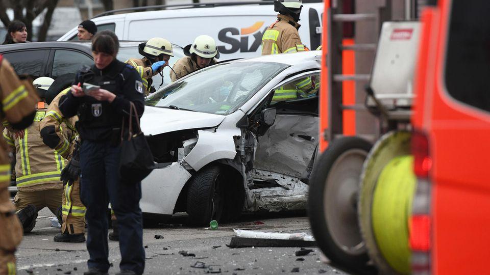 Das Polizei-Auto war zu schnell unterwegs und prallte gegen den Pkw der 21-jährigen Berlinerin