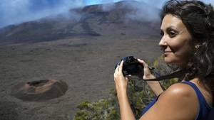 Besucherin am VulknaPiton de la Fournaise