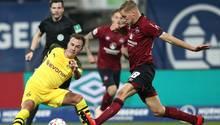 Der Nürnberger Hanno Behrens (r) kämpft mit dem Dortmunder Mario Götze um den Ball.