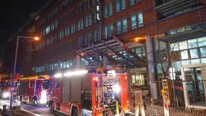 Einsatzkräfte der Feuerwehr löschen dasFeuer in einem Hotel im Berliner Stadtteil Friedrichshain