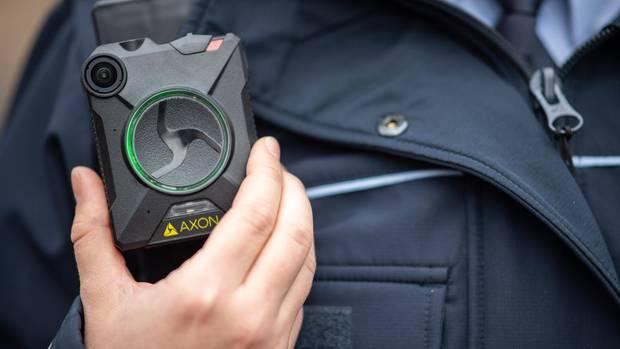 Eine Polizistin trägt eine Bodycam
