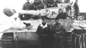 Otto Carius vor seinem Panzer