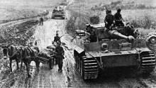 """Kolonne deutscher Tiger-Panzer - aus der Zeitschrift """"Signal""""."""