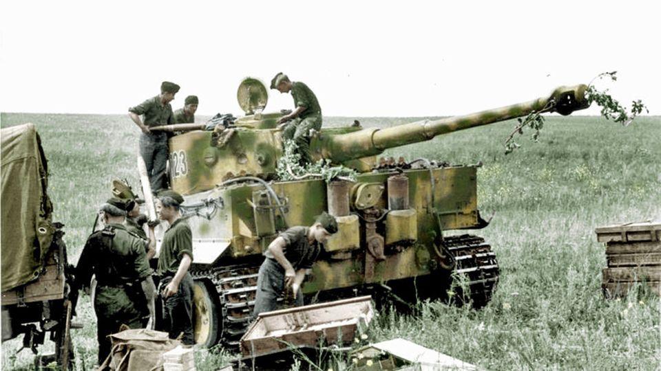 Ein Tiger I wird aufmunitioniert.