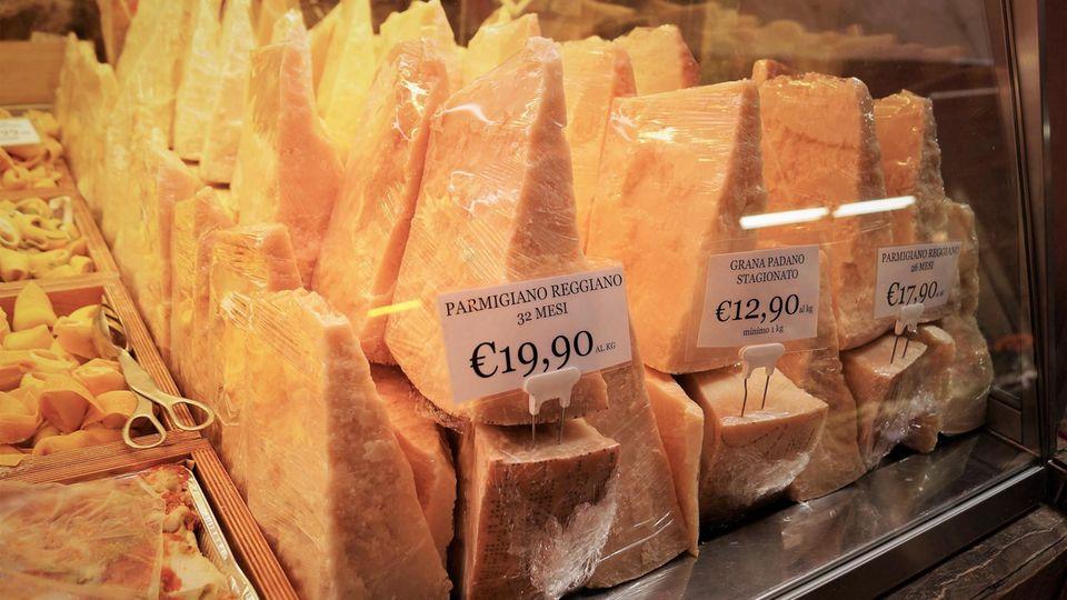 Museo del Parmigiano Reggiano  Es ist der wohl berühmteste Käse der Welt: der Parmesan. Kein Wunder also, dass es nicht unweit der Stadt Parma ein Museum rund um den italienischen Hartkäse gibt. Parmigiano-Reggiano darf nur so heißen, wenn er aus den Provinzen Parma, Emilia-Romagna, Modena und Teile der Provinzen Mantua und Bologna, zwischen den Flüssen Po und Reno, stammt.  Adresse:Via Volta5, 43019 Soragna  Öffnungszeiten: Samstag und Sonntag, 10-13 Uhr, 14-18 Uhr