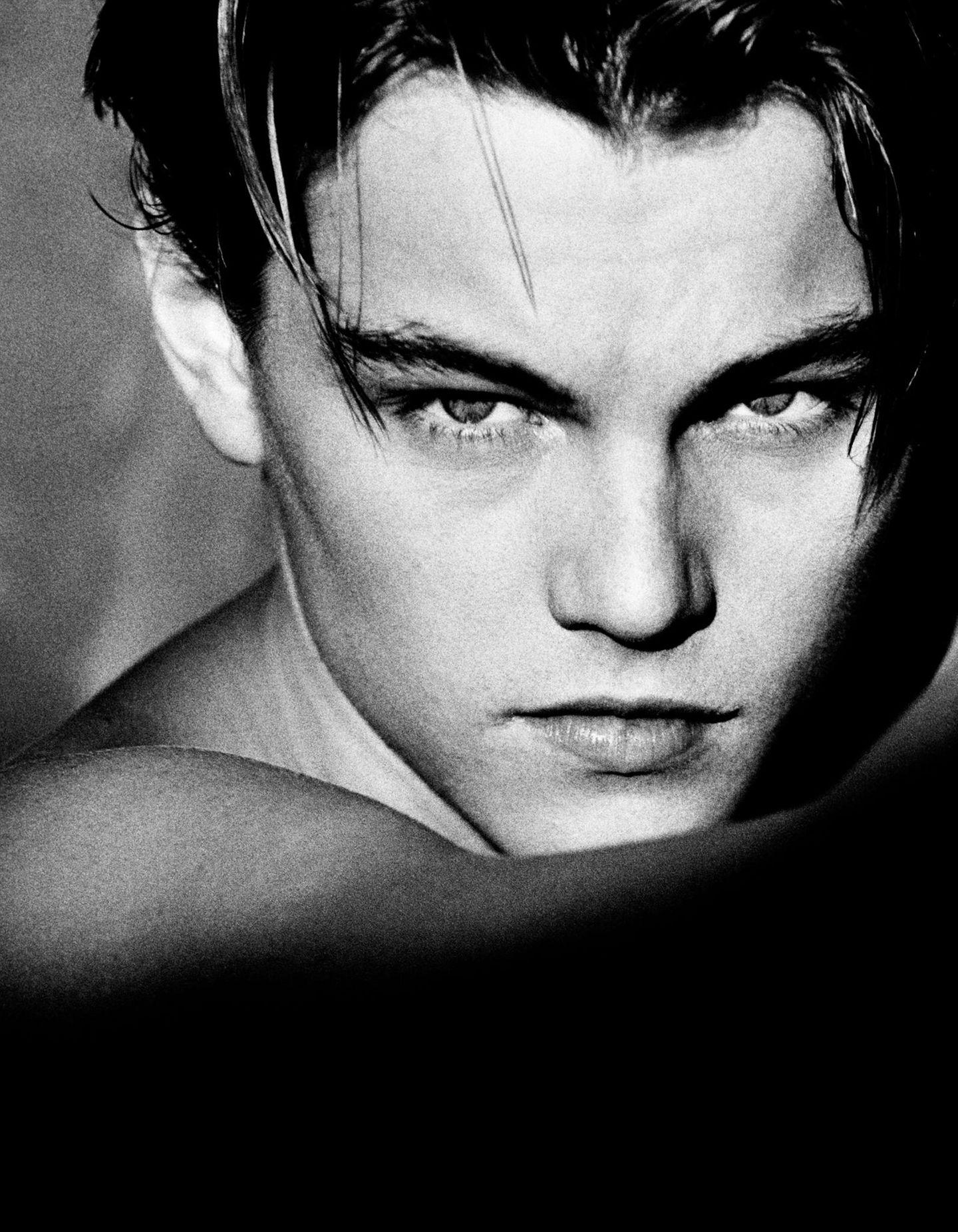 """1994 fotografierte Greg Gorman einen damals gerade 19-jährigen Schauspieler namens Leonardo DiCaprio. Der wird kurz darauf mit Filmen wie """"Romeo + Julia"""" und """"Titanic"""" zum Weltstar. Gorman inszenierte ihn als jugendlichen Posterboy, der in seinem entschlossenen Blick andeutet, dass er noch Großes vorhat.  Der Fotograf Greg Gorman wurde1949 in Kansas geboren. Seine Porträts von Hollywood-Stars machten ihn berühmt. ZahlreicheMagazine druckten seine Bilder, darunter""""Life"""", """"Esquire"""", """"GQ"""", """"Vogue"""", """"Rolling Stone"""", """"Time"""" und """"Vanity Fair""""."""