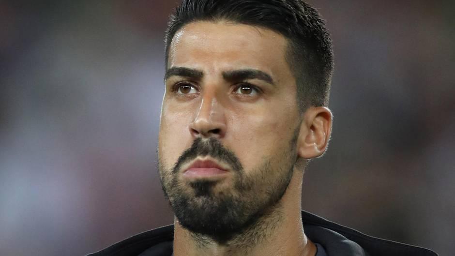 Sami Khedira steht in Trainingsjacke von Juventus Turin auf dem Platz und schaut ernst