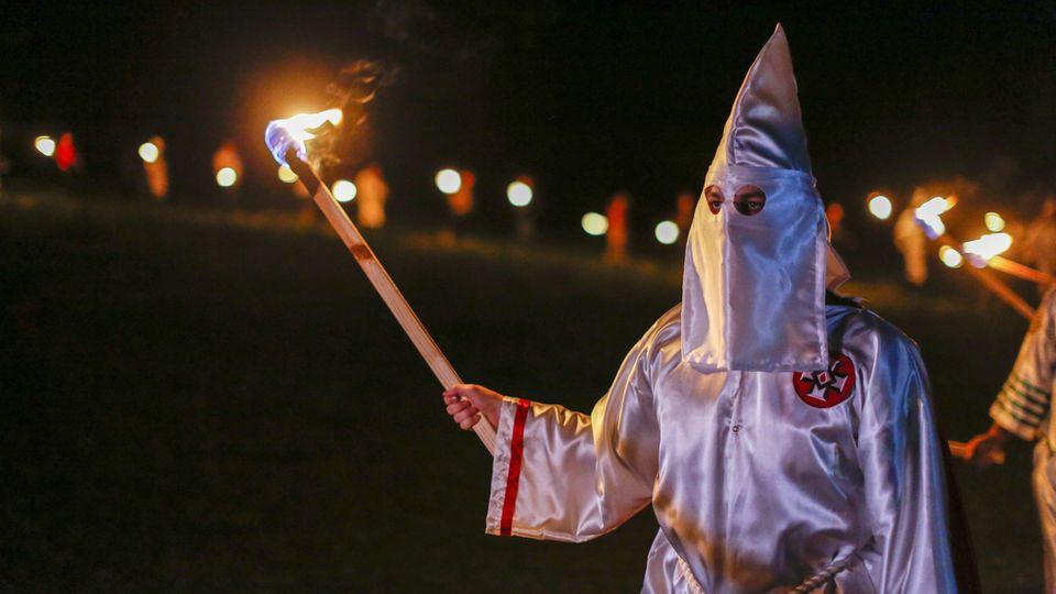 Der Ku Klux Klan hat eine lange Historie als rassistischer und auch gewalttätiger Rechtsradikalen-Bund. Dieses Bild von 2016 zeigt einen Teilnehmer einer Neonazi-Demonstration im US-Bundesstaat Georgia.