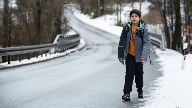 Marcauf seinem Schulweg: Wegen der Gefahren auf der kurvigenLandstraße darf er künftig das ganze Jahr über mit dem Taxi fahren