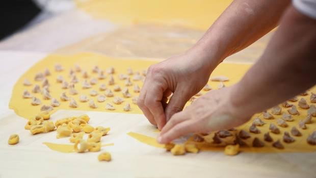 So werdenTortellini von Hand hergestellt