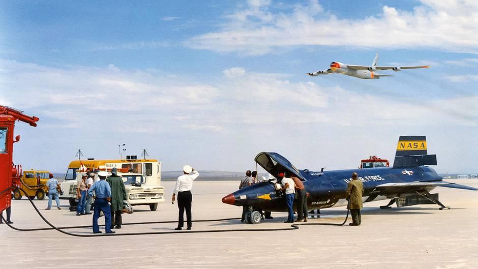 """Ein """"Balls Three"""" überfliegt eine X-15 im Jahr 1961. Mit drei X-15 wurden 199 Testflüge durchgeführt, um an die Grenze der Atmosphäre vorzustoßen."""
