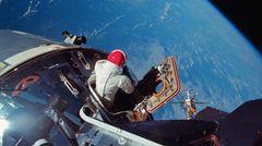 Foto vom März 1969 aus dem Mondlandemodul: Pilot Dave Scott öffnet die Luke von Apollo 9 und soll noch in der Erdumlaufbahn einige der Raumanzug-Systeme testen, die bei der späteren Mondlandung Verwendung finden