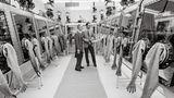 Der Kommandant von Apollo 11, Michael Collins, inspiziert das Receiving Laboratory der Nasa in Houston. Hier werden die gesammelten Gesteinsproben vom Mond analysiert. Stickstoff schützt das Material vor versehentlicher Korrosion in der sauerstoffreichen Luft der Erde.