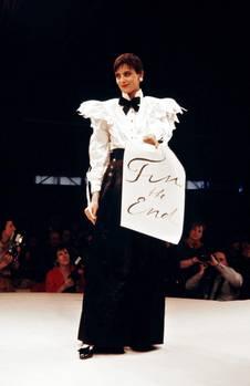 Karl Lagerfeld wurde 1983 Kreativdirektor von Chanel. Er lehnte seine Designs an die Kreationen von Coco Chanel an –nur eben moderner. Das französische Model Ines de la Fressange zeigt sich hierin einem Look der Herbst/Winter-Kollektion von1984/1985 in Paris, einer der ersten Kollektionen von Karl Lagerfeld für Chanel.Sie präsentiert einenklassischen, aber trotzdem spannenden Chanel-Look in schwarz-weiß. Details wie Schulterpolster und Rüschen, Schleife und die großen Perlen-Ohrringe sind charakteristisch für das Modehaus.