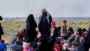 Menschen aus der Stadt Al-Baghus kommen zu einer vorgeschobenen Basis der syrischen demokratischen Kräfte (SDF)