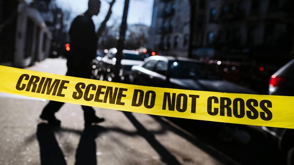 """In """"Der Outsider"""" von Stephen King spielt sich die Polizeiselbst zum Richter auf. Der grausame Mord an einem Kind lässt die Beamten die Grundlagen solider Polizeiarbeit vergessen."""