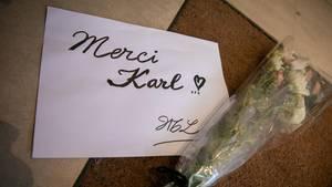 Trauer um Karl Lagerfeld: Vor dem Sitz des Modehauses Chanel in derRue Cambon haben Menschen Beileidsbekundungen abgelegt