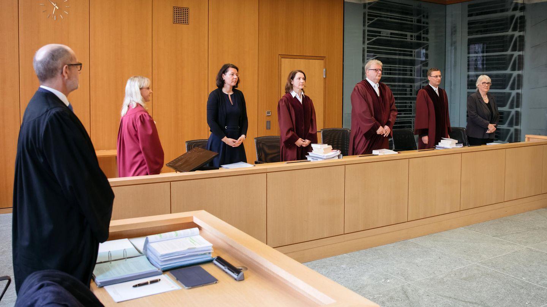 Ulrich Koch (3.v.r), Vorsitzender Richter am Bundesarbeitsgericht in Erfurt, eröffnet eine Verhandlung
