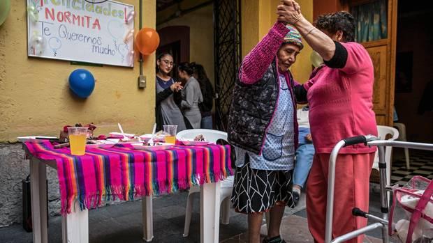 Norma Espinoza, 84, tanzt an ihrem Geburtstag mit einer Pflegerin des Hauses