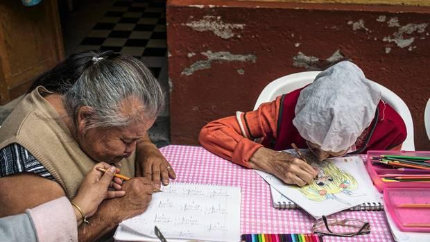 Canela übt das Rechnen in einem der Workshops, die jede Bewohnerin besuchen muss