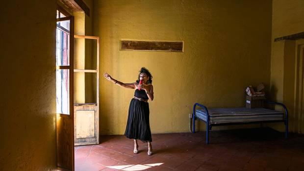 """Angie, 54, singt in ihrem Zimmer im """"Casa Xochiquetzal"""". Sie lebt seit fünf Jahren hier: """"Ich will nie auf die Straße zurück. Man verliert dort seine Würde""""."""