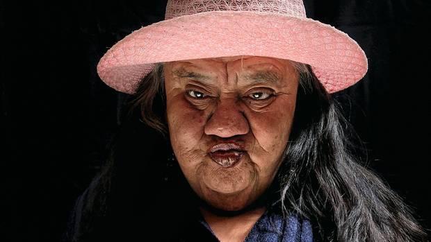 Maria Canela, 77, posiert für ein Porträt. Sie schlief unter Pappkartons direkt vor den Türen des Heimes, als dieses eröffnet wurde.
