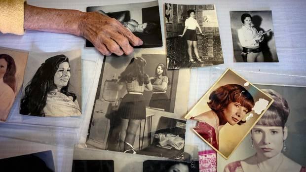 Patricia Robles Orozco, 69, hält ein Foto von sich als 18-Jährige. Einst tanzte sie im Kabarett. Heute liebt sie es, im Innenhof Bilder auszumalen.