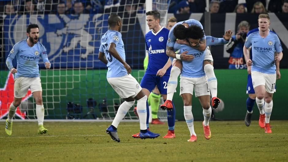 Leroy Sané von Manchester City trägt nach seinem Tor einen jubelnden Mitspieler auf dem Rücken