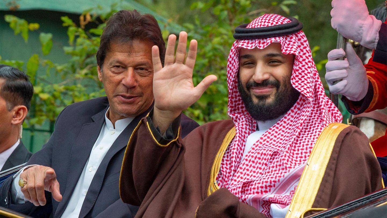 Mohammed bin Salman (r.)sitzt in Islamabad mit dem pakistanischen Ministerpräsidenten Imran Khan in einer Pferdekutsche