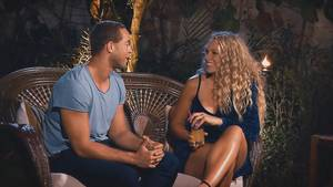 Bachelor Andrej Mangold im Gespräch mit Kandidatin Vanessa