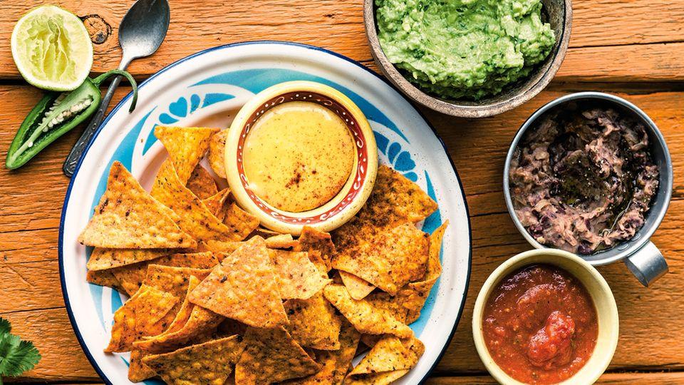 Die Dips zu Nachos sind Guacamole, Refried Beans, Tomaten-Salsa und Chili-Mayonnaise