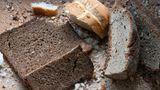 """Brot  Ganz klar: Ist das Brot oder Brötchen verschimmelt, dann muss es entsorgt werden. Trockene Brotreste eigenen sich aber wunderbar für Semmelknödel oder Croutons oder aber man lässt das Brot hart werden und macht daraus Paniermehl. In vielen Küchen dieser Welt wird altbackenes Brot oft für Gerichte verwendet, beispielsweise die klassische italienische Brotsuppe """"Pappa al Pomodoro"""" oder """"Panzanella"""", ein Salat aus Tomaten und Brot."""