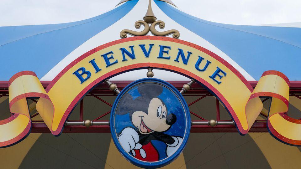 Willkommens-Schild im Disneyland Paris, in einem Vorort östlich von Paris