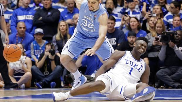 Zion Williamson geht zu Boden, nachdem sein Nike-Schuh den Geist ausgegeben hat
