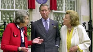 Der britische Thronfolger Prinz Charles (m) mit Gräfin Mountbatten von Burma (l) und Lady Pamela Hicks (r), den beiden Töchtern von Lord und Lady Mountbatten.