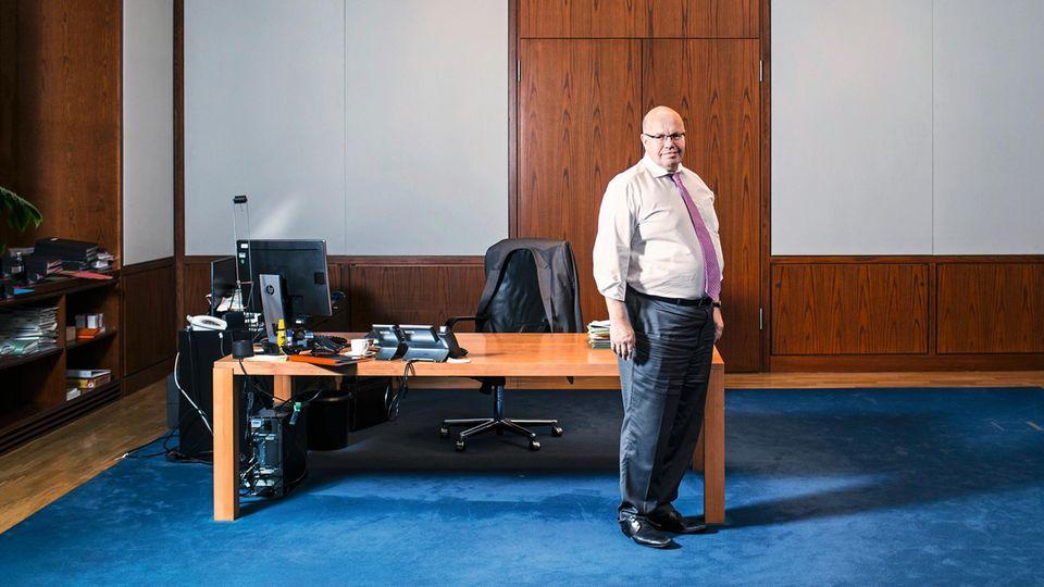 In der Tiefe des Raums: Altmaier, 60, nach dem stern-Interview in seinem Büro im Wirtschaftsministerium