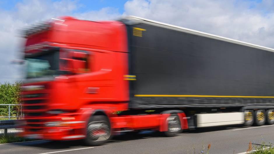 IgnoranteLKW-Raser gefährden die Sicherheit imStraßenverkehr.
