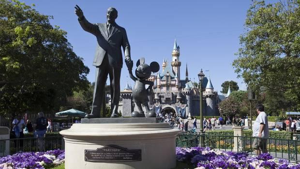 Walt Disney Skulptur mit Micky Maus: auf der Hauptstraße in Disneyland in Anaheim in Kalifornien