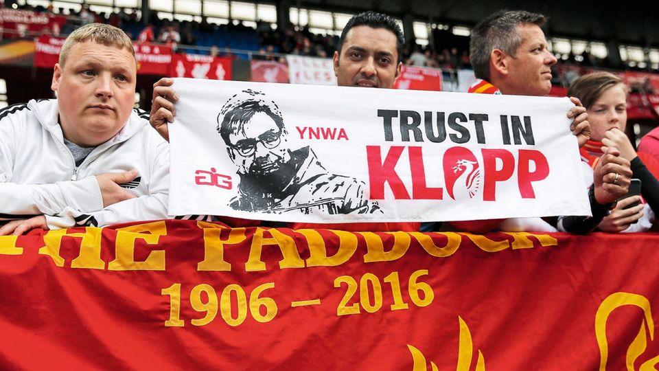 Wunderglaube: Die Fans halten fest zu Klopp, auch wenn er bislang keinen Titel geholt hat. Das Europa-League-Finale 2016 etwa verlor Liverpool 1:3 gegen Sevilla.