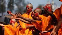 Kathmandu, Nepal: Hinduistische Jungen nehmen am Bratabandha Fest teil.