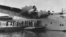 Die Passagiere betraten das Flugboot von einem Pier aus.