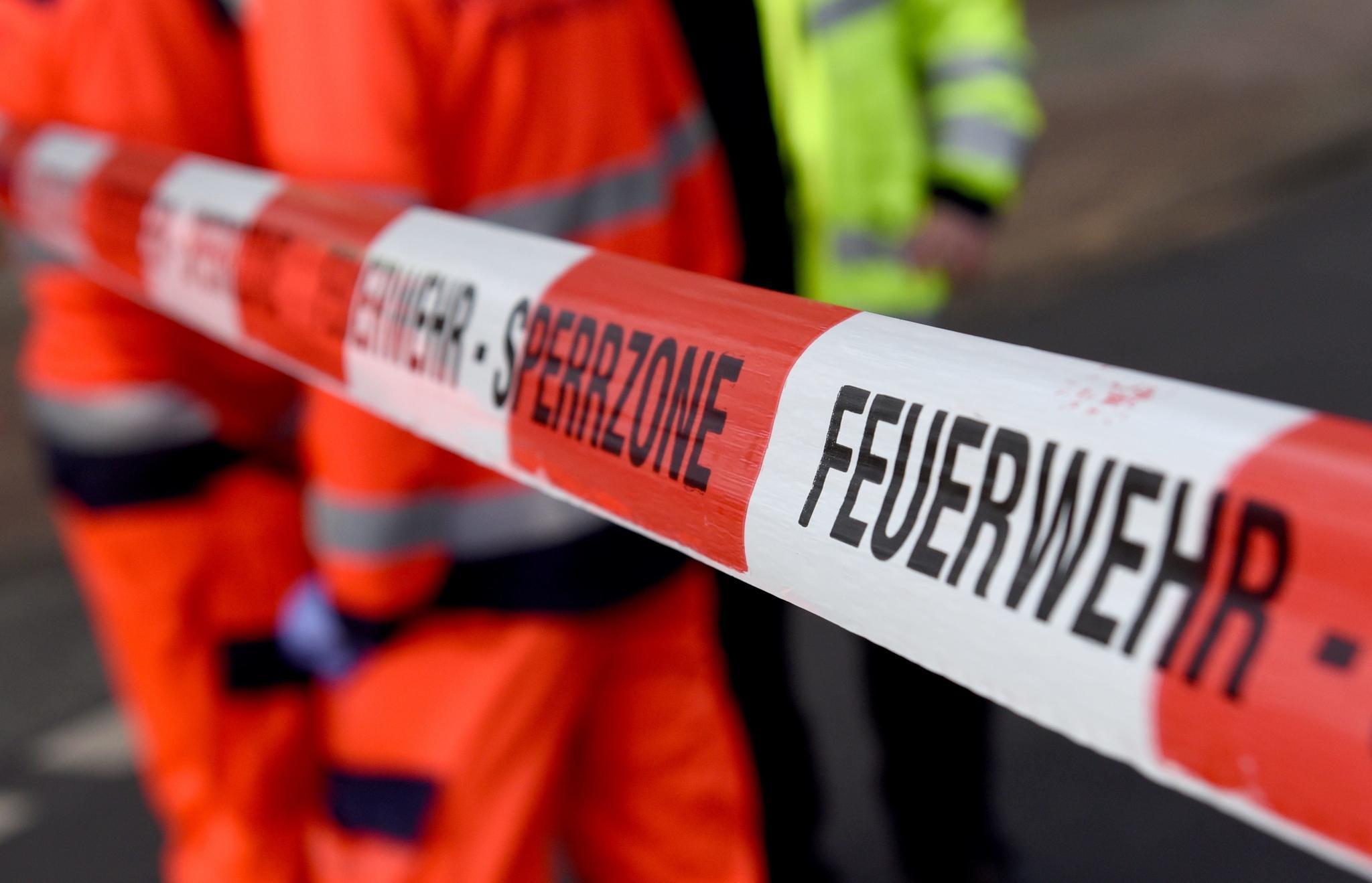 Nachrichten aus Deutschland: Trotz Verbots: Autofahrer will Einsatzstelle passieren und fährt Feuerwehrmann absichtlich an