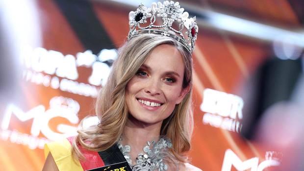 """Miss Baden-Württemberg, Nadine Berneis aus Stuttgart, nach ihrer Kürung zur """"Miss Germany 2019""""imEuropa-Park Rust"""