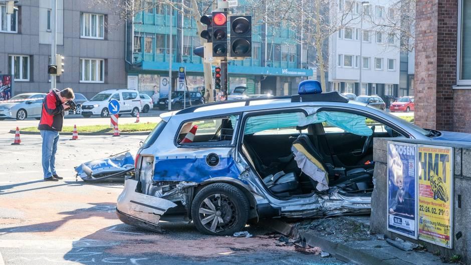 Das Wrack eines Polizeiautos steht in Hannover an einer Kreuzung, nachdem dort zwei Streifenwagen ineinandergefahren waren