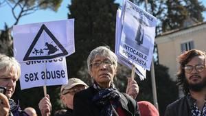 Demonstration gegen den weltweiten sexuellen Missbrauch in der Kirche: Papst Franziskus hat mit vager Rede die Chance auf eine Erneuerung der Kirche verpasst.