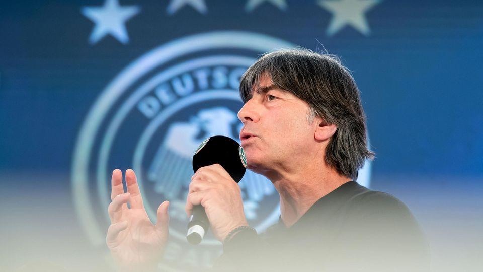 """DFB-Trainer Joachim Löw kritisiert""""ständige Rudelbildung, Schwalben, Simulanten"""""""