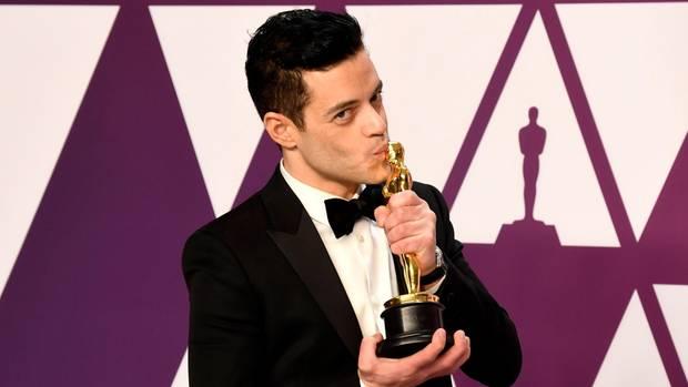 Rami Malek küsst seinen Oscar als bester Hauptdarsteller